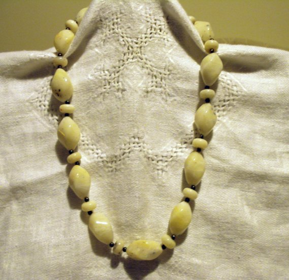 White marble like plastic irregular bead necklace vintage costume jewelry ll2521