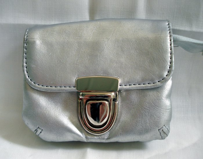 XOXO silver faux leather wallet change purse heart key chain preowned as new  ll2601