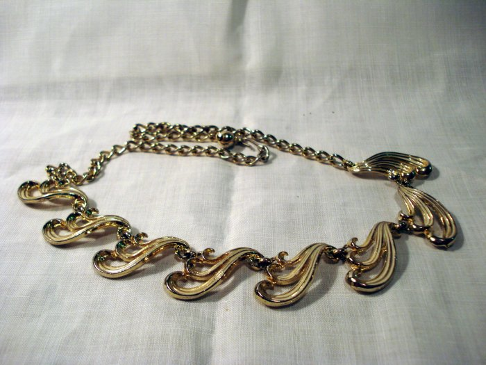 Feathery goldtone metal link necklace mid century vintage ll2612