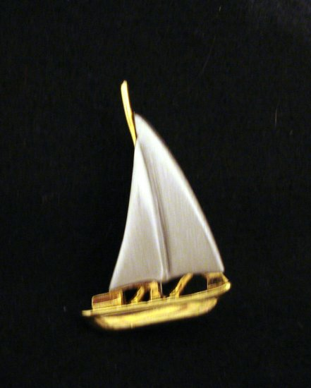 Brushed steel electroplated goldplate sailboat pin as new preowned ll2801