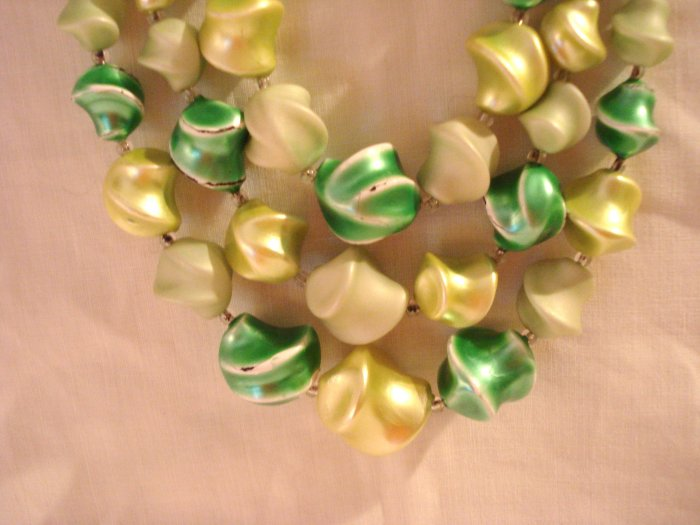 Multi green triple strand necklace twisted plastic beads very good vintage ll2918