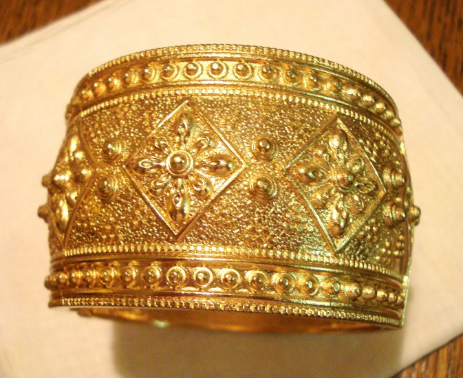Gold tone wide clamper bangle bracelet Asian style design caviar beadwork pre-owned perfect ll2999