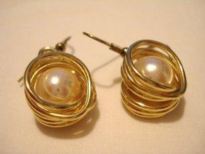 Gold tone faux pearls in wire swirls pierced earrings ear wires vintage ll3051
