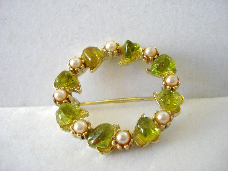 Circle pin brooch  faux peridot and pearls leaves vintage ll3206