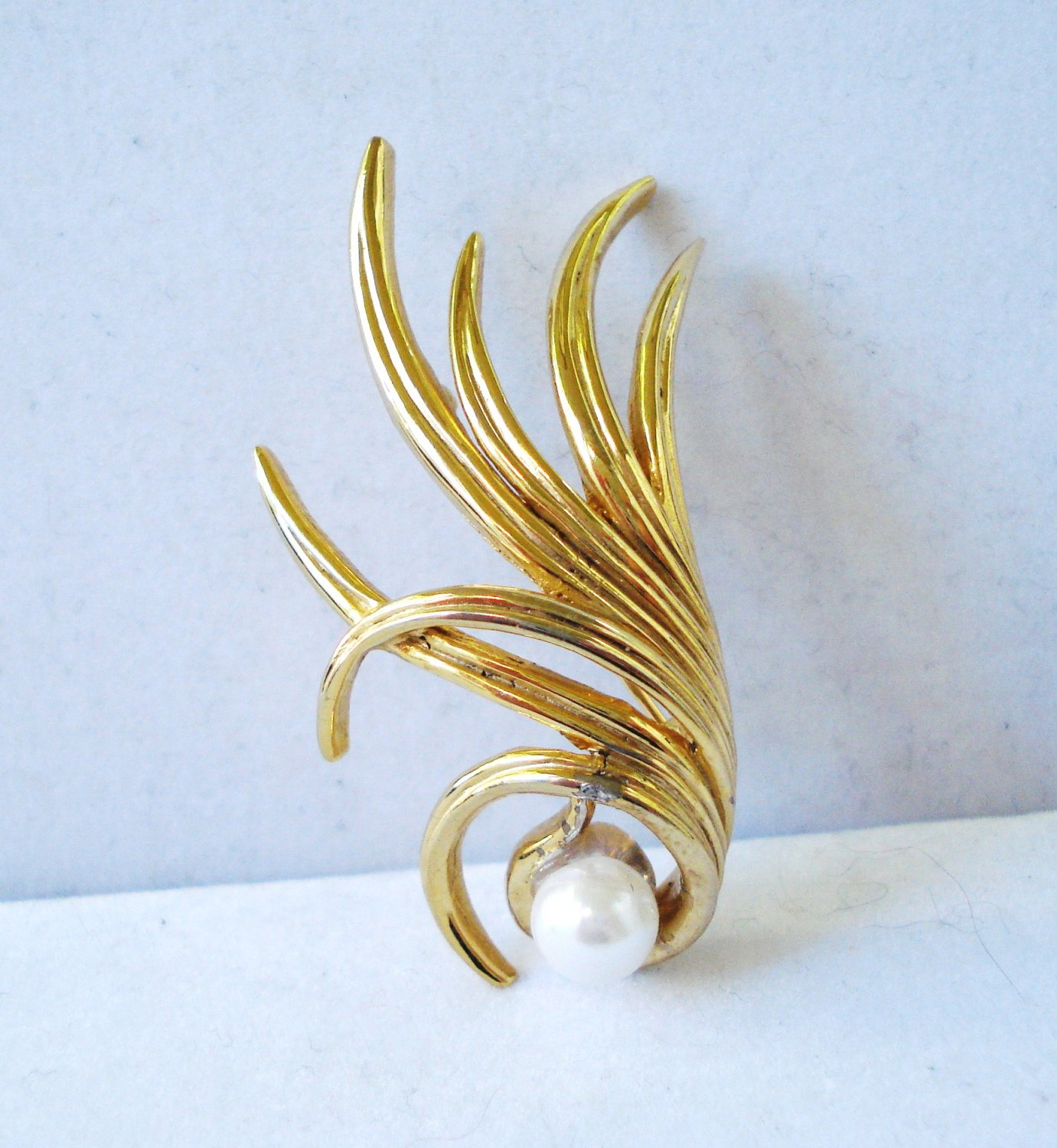 Boucher signed pin brooch gold plate with faux pearl feathery vintage ll3210