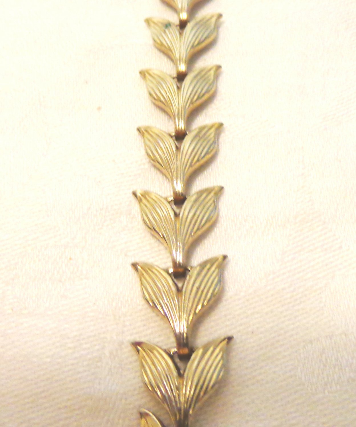 Gold tone leaves necklace 17 inches snap-down clasp as new vintage ll3433