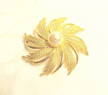 Scarf clip gold tone swirl of leaves mabe pearl center large vintage ll3495