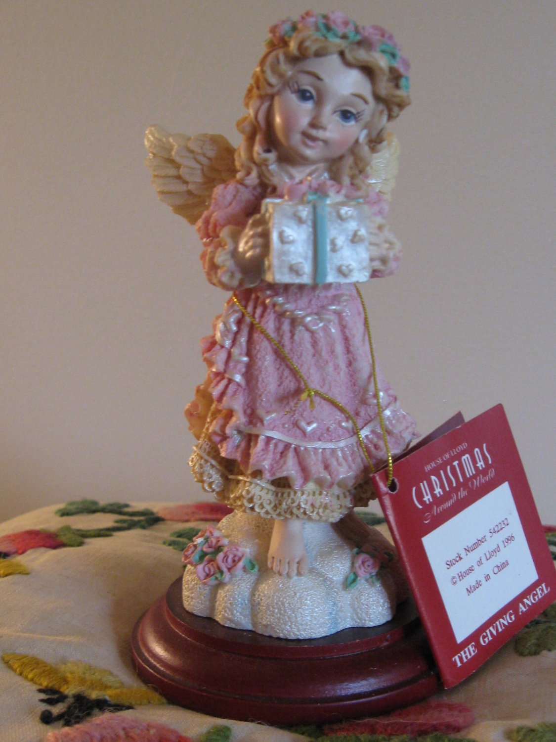 The Giving Angel Figurine / Display Complete With Box House Of Lloyd Christmas Around The World