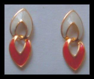 WHITE & RED ENAMELED GOLDTONE DANGLE PIERCED EARRINGS 1.25: NOS 1980s