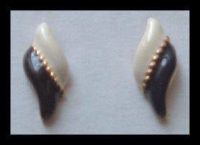 """BLACK & WHITE ENAMEL GOLDTONE HUGGIE PIERCED EARRINGS .90"""" VINTAGE 80s"""