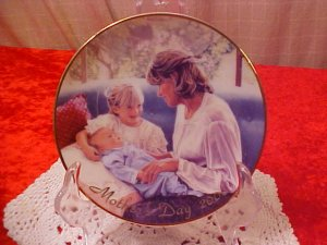AVON A MOTHER'S LOVE 2000 MOTHER'S DAY 22K GOLD PLATE