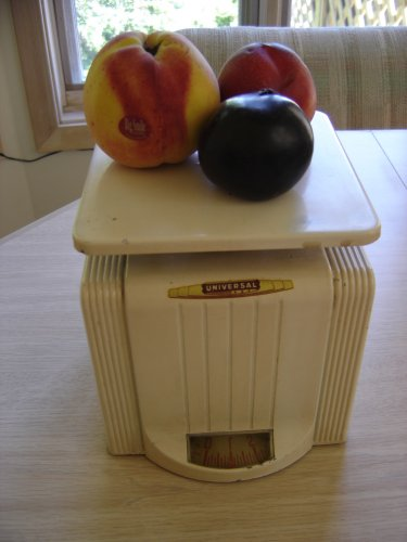 VINTAGE KITCHEN SCALE by UNIVERSAL - ART DECO/SHABBY CHIC STYLING from the 1930's!
