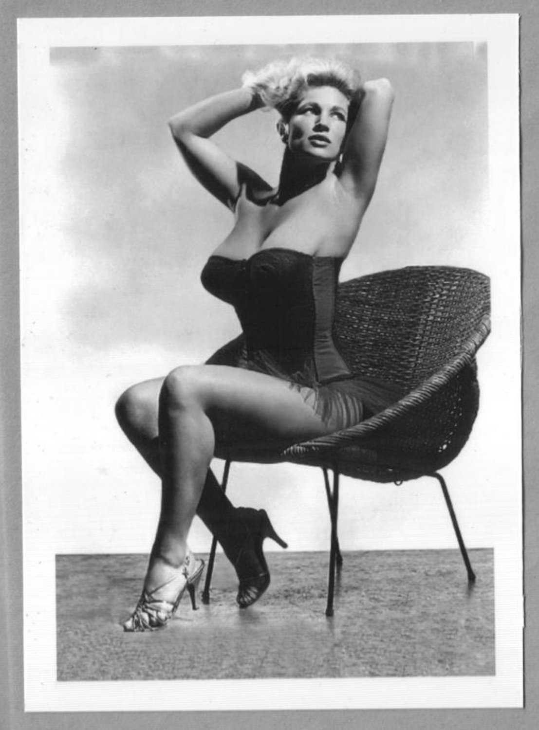 VIRGINIA BELL BUSTY BOSOMY BUSTIER POSE NEW REPRINT 5 X 7 #59