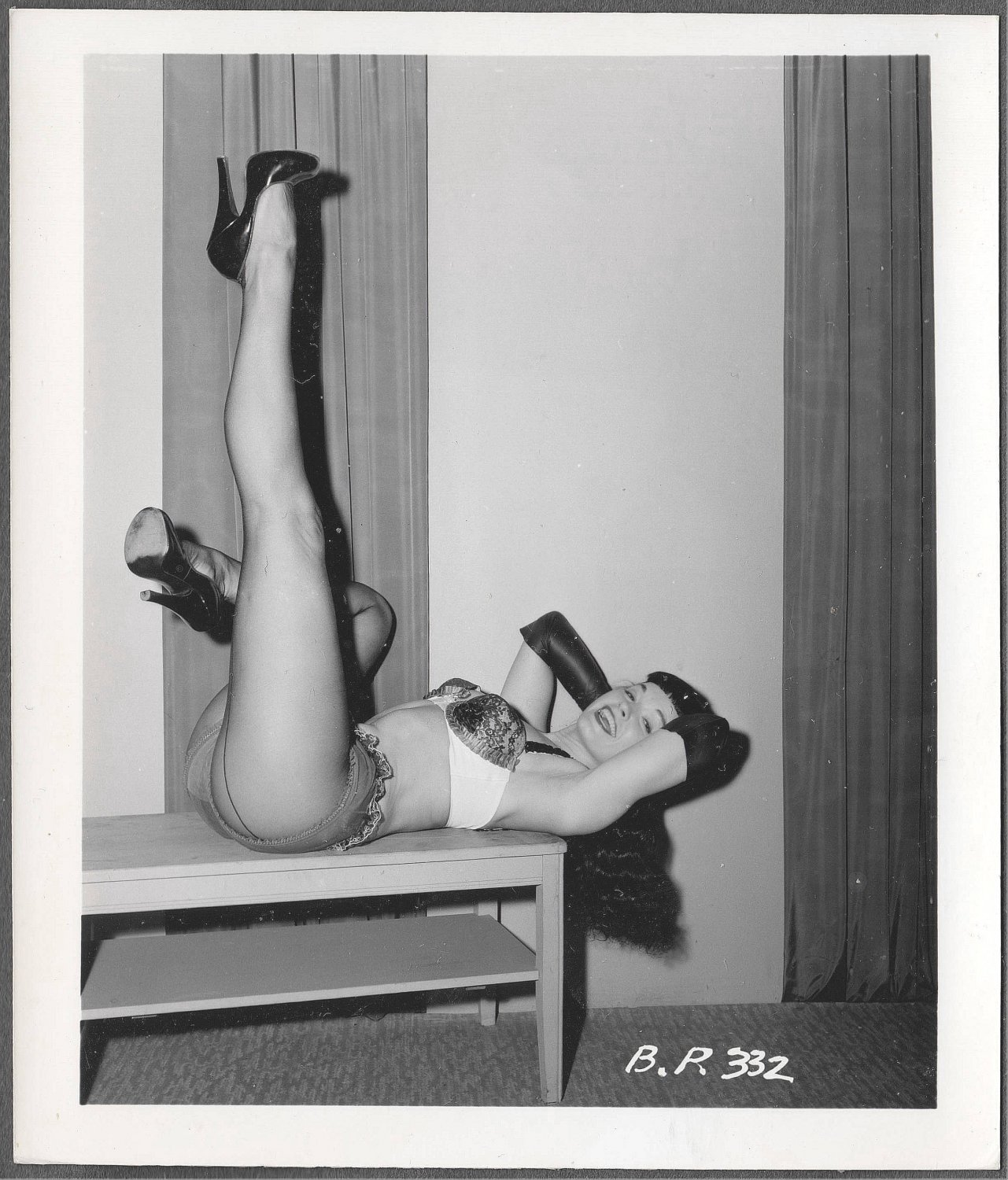 BETTY PAGE SEXY COOL LEGGY BENCH POSE IRVING KLAW VINTAGE PHOTO 4X5 BP-332