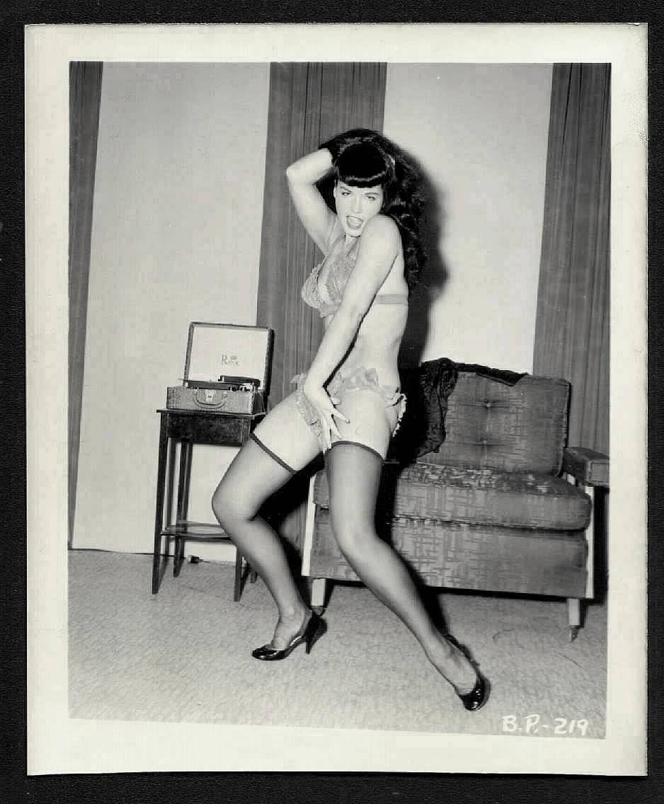 BETTY PAGE BUSTY LEGGY POSE IRVING KLAW VINTAGE PHOTO 4X5  BP-219