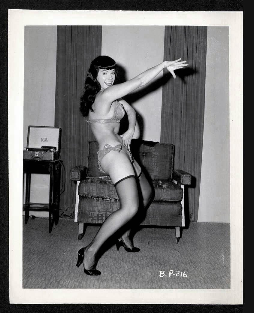 BETTY PAGE BUSTY LEGGY SIDEVIEW POSE IRVING KLAW VINTAGE PHOTO 4X5  BP-216