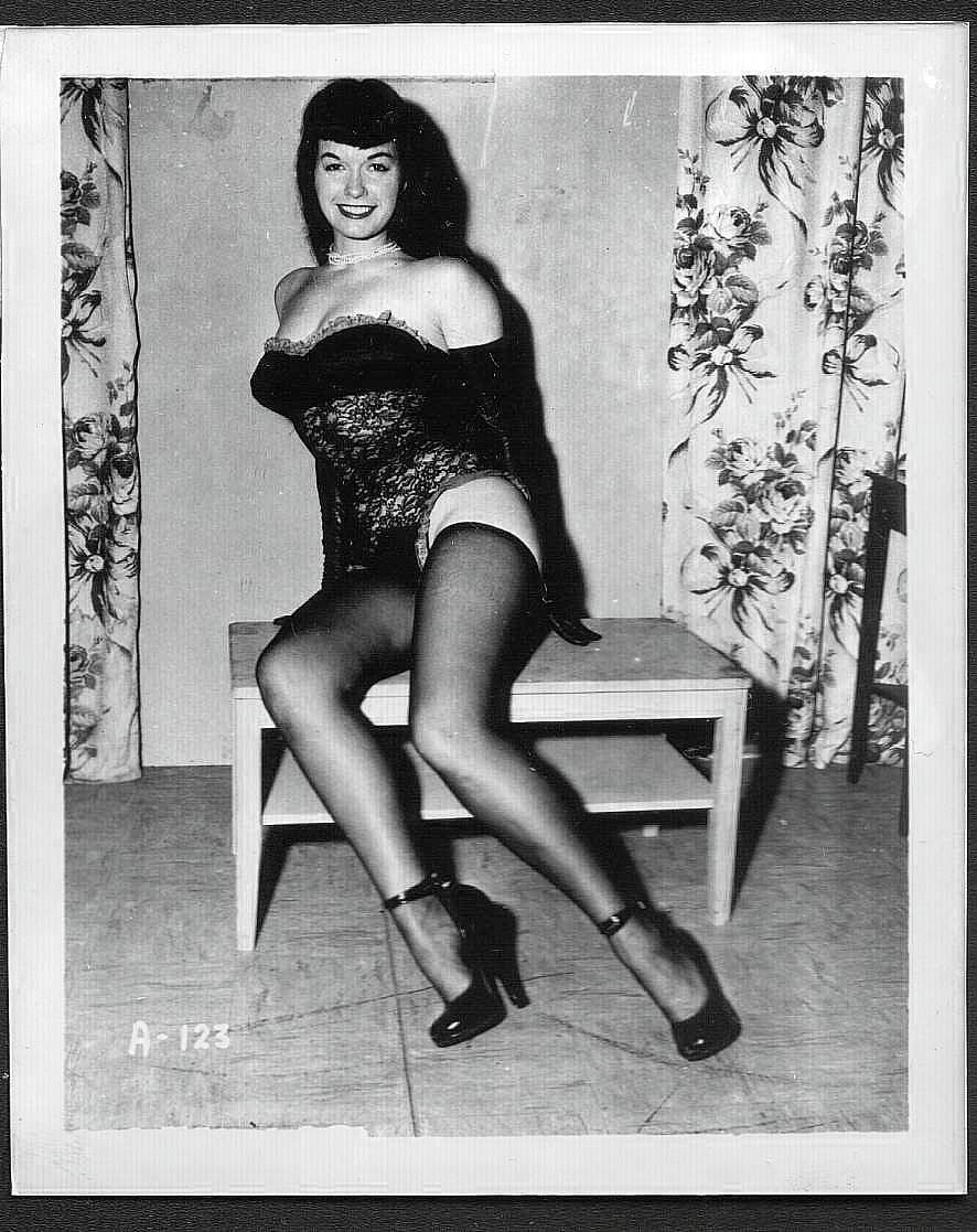 BETTY PAGE BLACK BUSTIER POSE IRVING KLAW VINTAGE PHOTO 4X5  A-123