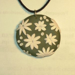 White daisy pendant