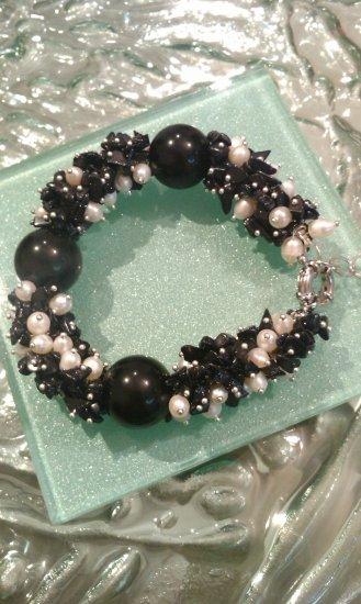 Multi gemstones and freshwater cultured white pearls in sterling sliver bracelet. 9��