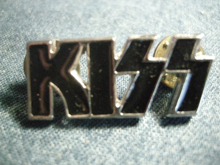 KISS METAL PIN silver/black logo badge IMPORT