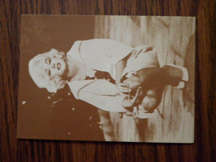 MARILYN MONROE PHOTO CARD kneeling trading vending postcard VINTAGE