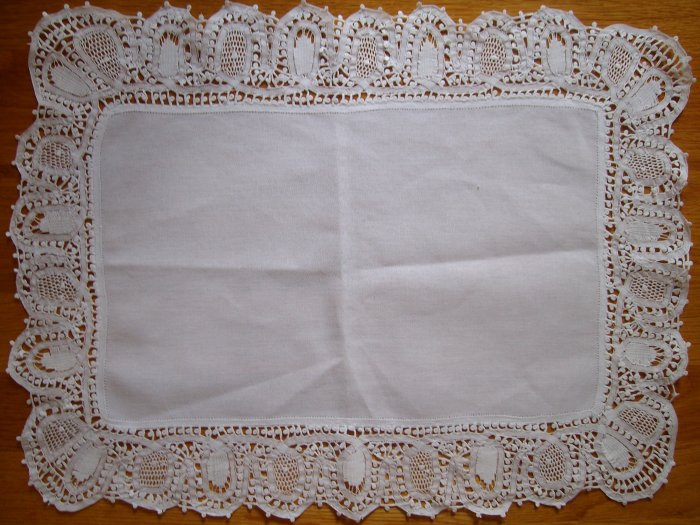 Doily / Traycloth in Linen and Renaissance Lace