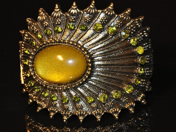 Yellowish-green oval-shaped stone with green crysral bangle B1001