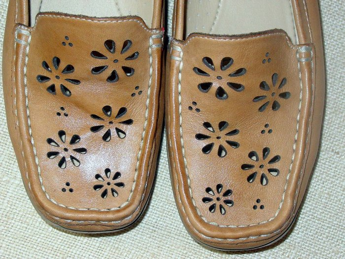 Vintage Thom McAn shoes leather with daisy flower die cuts Size 7 GROOVY