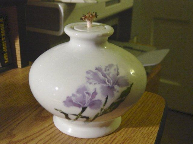 1984 Wicks & Sticks Round White Porcelain Oil Lamp Lavender Iris  #301623