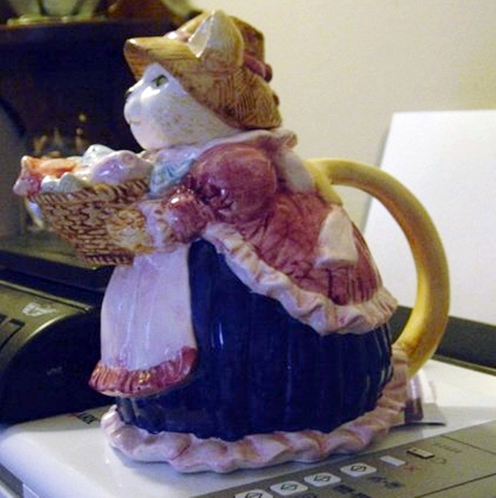 Collectible Old Fashioned Lady Cat with Fish Basket Teapot  #300921