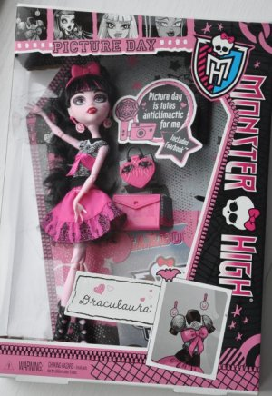 Monster High doll Picture Day Draculaura includes Fearbook