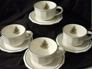 PFALTZGRAFF CHRISTMAS HERITAGE 4 CUPS & SAUCERS