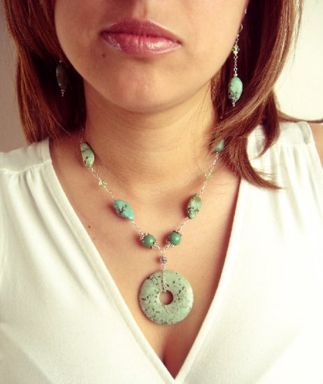 N0598 - NECKLACE WITH AUTHENTIC GREEN  TURQUOISE BEADS AND SWAROVSKI CRYSTAL (FREE EARRINGS)