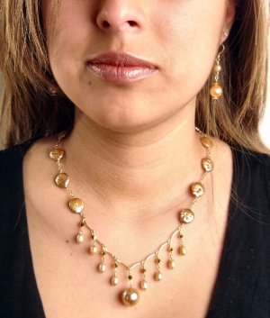 N0622 - NECKLACE WITH BEAUTIFUL BEIGE MOTHER PEARLS AND FRESHWATER PEARLS (FREE EARRINGS)