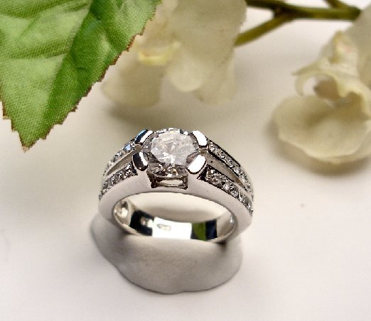 R0031 - RING WITH CLEAR CZ (FREE SHIPPINGS)