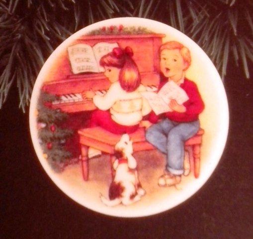 "Hallmark #6 ""Sweet Holiday Harmony"" Ornament Plate 1992"