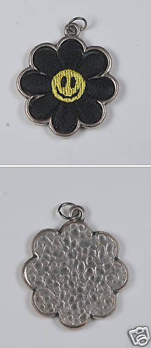 VINTAGE SILVER TONE SMILEY FACE DAISY PATCH CHARM