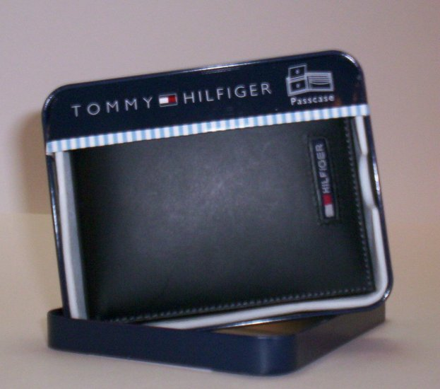 Tommy Hilfiger Flag Leather Bi-Fold Wallet with Removable ID Folio in Black