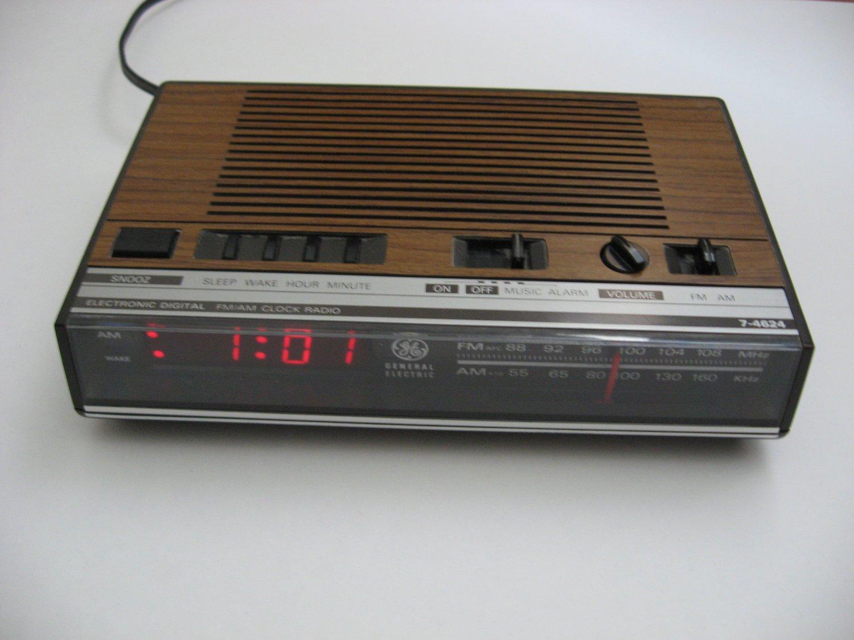 Vintage GE FM/AM Clock Radio