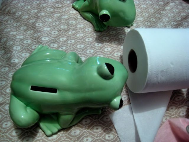 BIG FROG PORCELAIN DECORATIVE COLLECTIBLE COIN BANK HOME GARDEN CUTE! KITCHEN BATHROOM