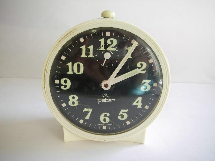 ALARM WIND-UP CLOCK Peter 60's made in germany VINTAGE HOME BED OFFICE WHITE GLOW A-BLACK