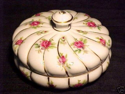 BEAUTIFUL EARLY FRENCH PORCELAIN DRESSER BOX, p46