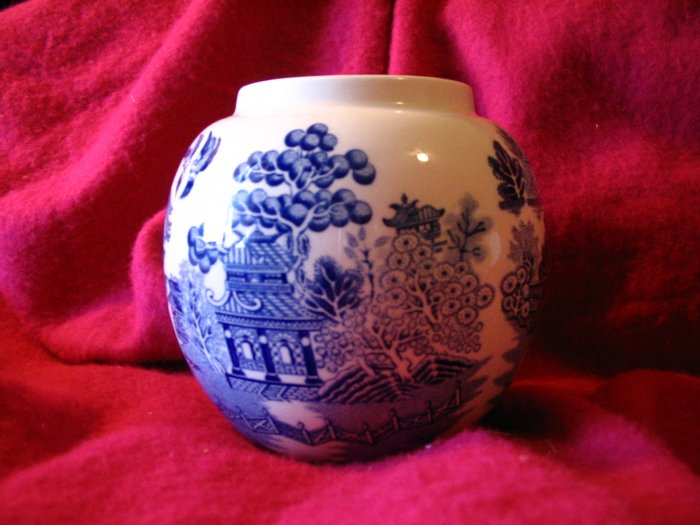 Beautiful Blue Willow Globe Vase Sadler England cuppatea.ecrater.com