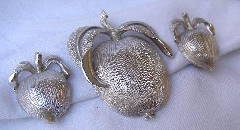 Vintage Sarah Coventry Peach Brooch Pin & Earrings Set