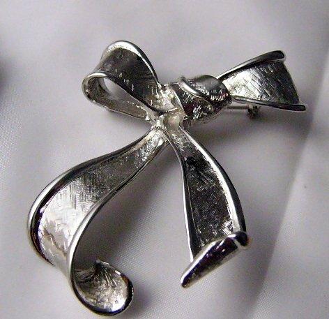 Free Flowing Silvertone Metal Pin Bow ribbon