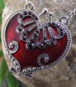ANTIQUE STYLE RED CRYSTAL HEART LOCKET VALENTINES DAY NECKLACE