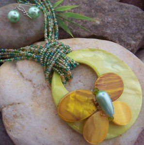 NEW GREEN BUTTERFLY MULTISTRAND SEA SHELL NECKLACE SET