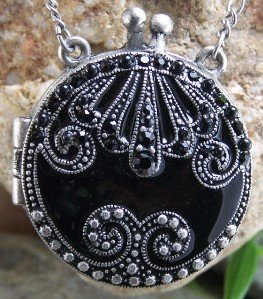 ANTIQUE STYLE BLACK CRYSTAL ROUND LOCKET NECKLACE