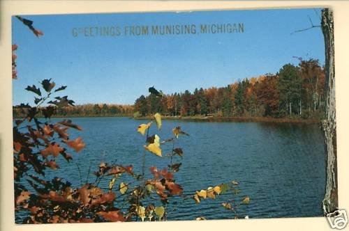 MUNISING MI MICHIGAN GREETINGS FROM 1961 LAKE POSTCARD