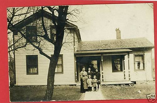 RPPC WOMAN W/ 4 KIDS IN FRONT OF HOUSE RP POSTCARD